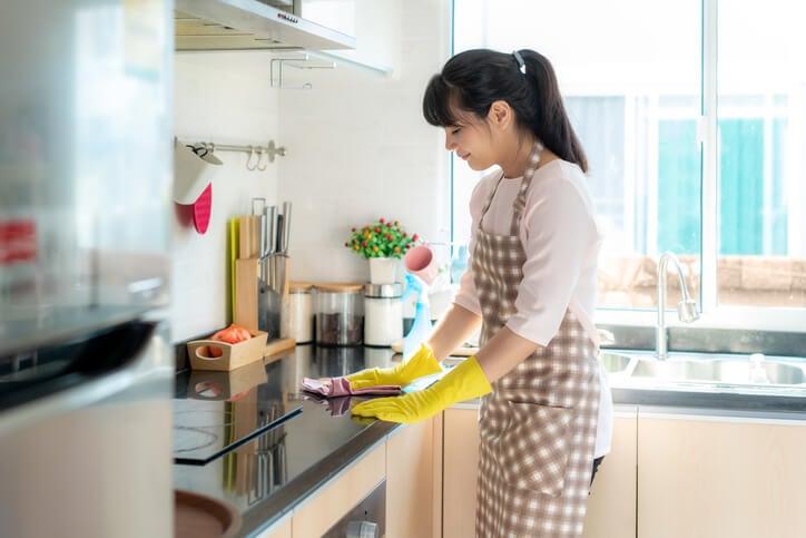 清潔員清理廚房流理台